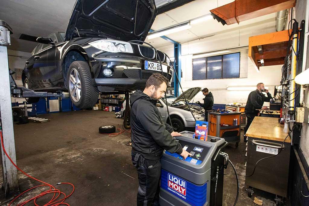 das sus autotechnik team bei der arbeit in krefeld